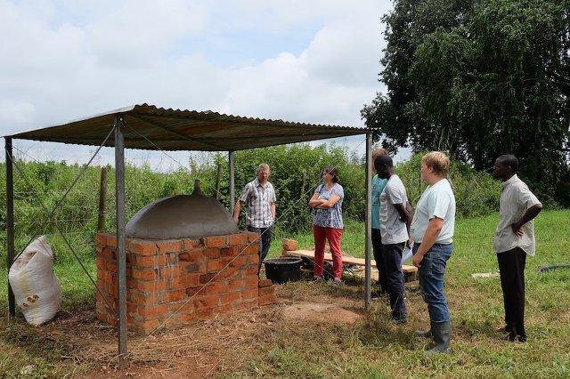 Mitarbeiter der Deutschen Botschaft begutachten unser Projekt