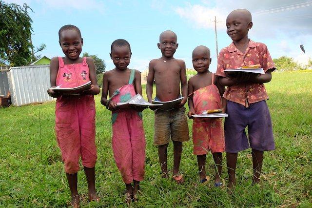Die Kinder der Farm freuen sich über die Geschenke (Hefte, Buntstifte, Anspitzer,...)