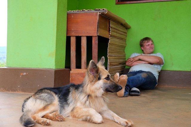 Farmhund Sunny hat ein Hundehüte von uns bekommen