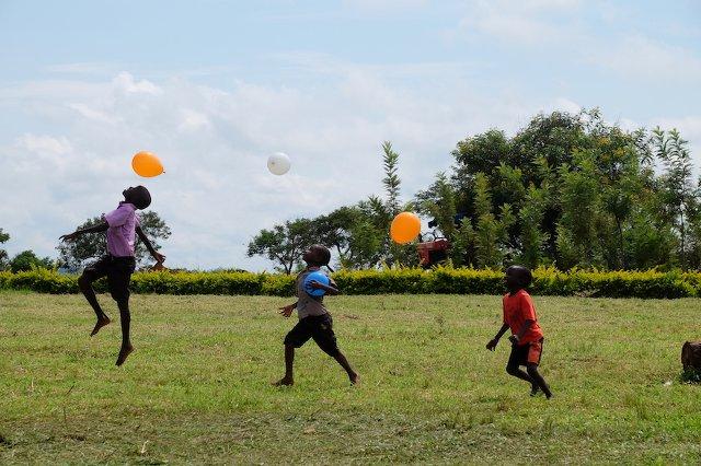 Kinder freuen sich über die Luftballons