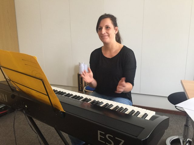 Frau Beitz begleitet die Verabschiedung musikalisch